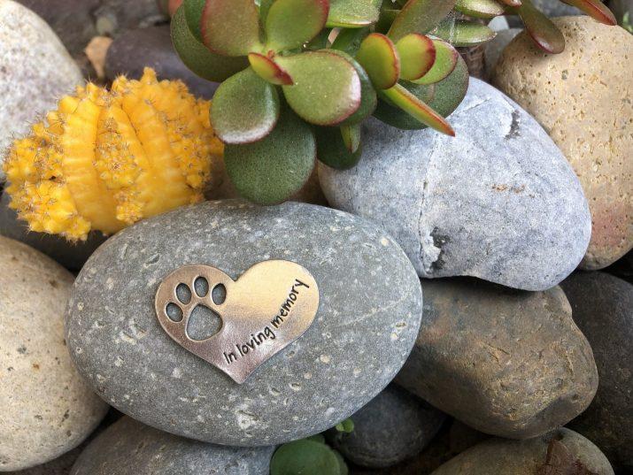 metal in memoriam dog paw heart sitting on rocks